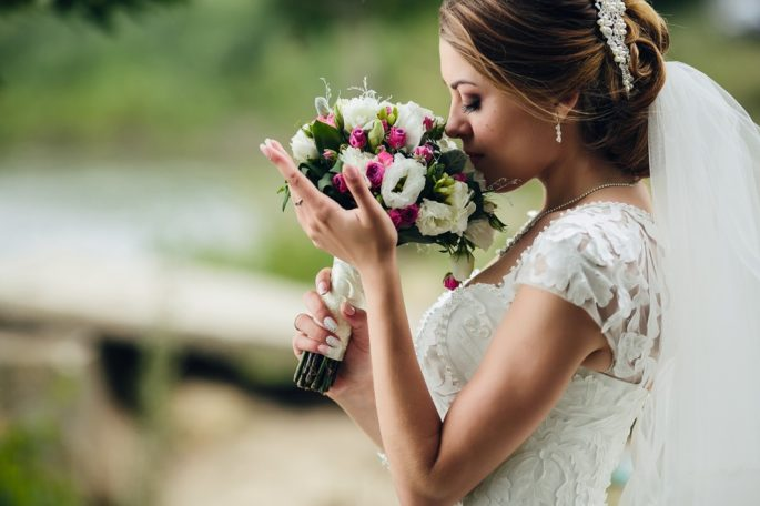 Pretty-bride-smelling-bunch